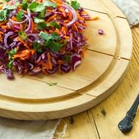 Pittige rode kool wortel rode ui salade