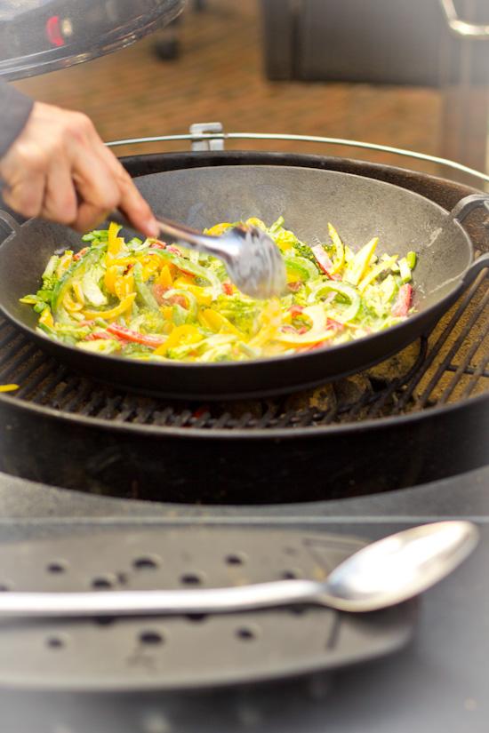 Roerbakken curry op de BBQ