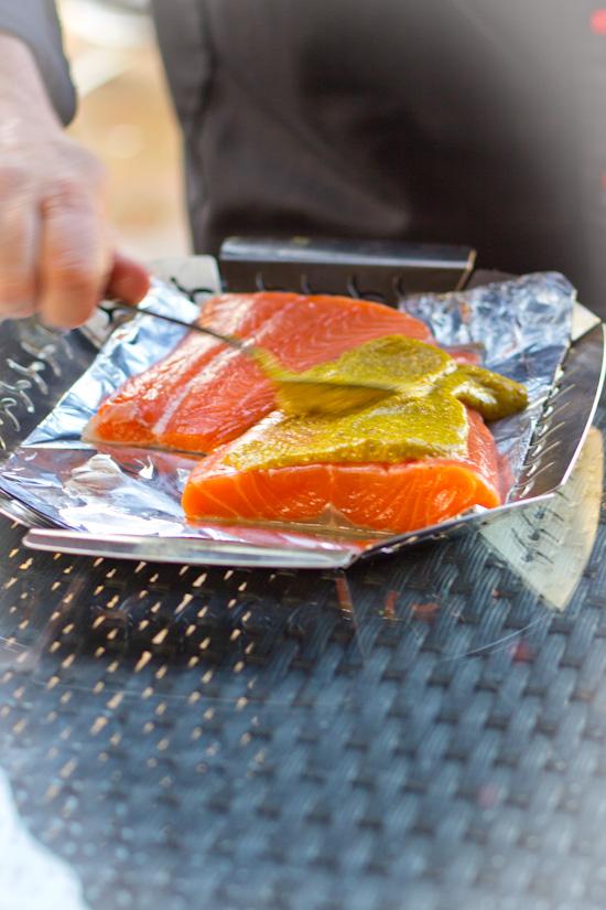 Zalm insmeren met marinade voor het roken