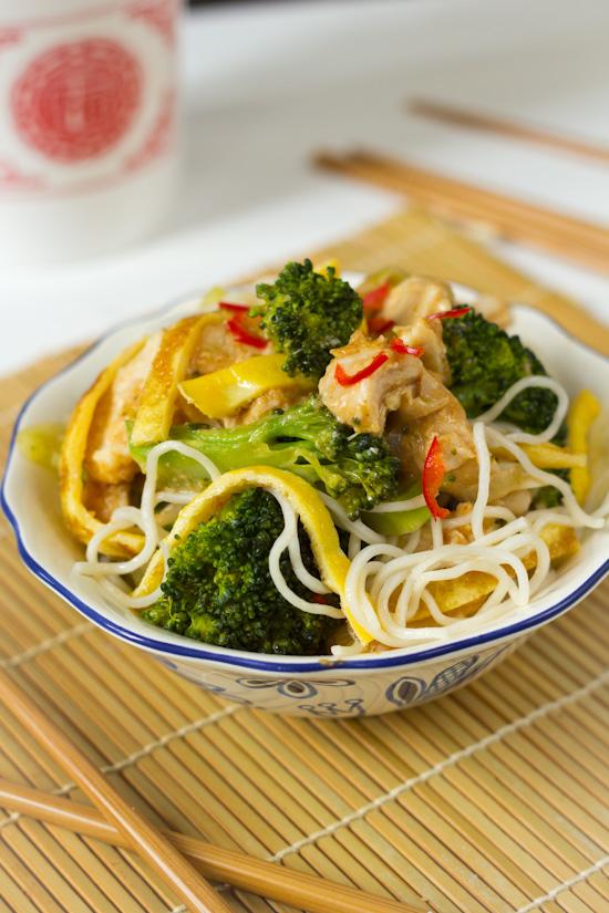 Recept broccoli noedels met omelet en pindakaas