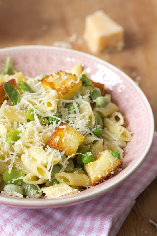 Pasta salade met doperwten en haloumi