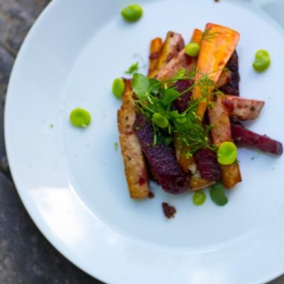 Rode bieten worteltjes met balsamico-uien compote