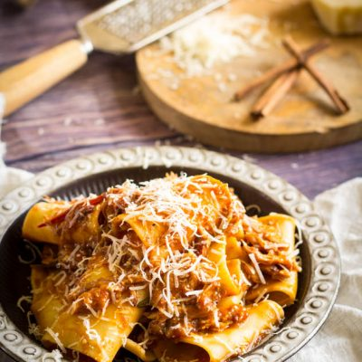Pastasaus met konijn tomaten en kaneel